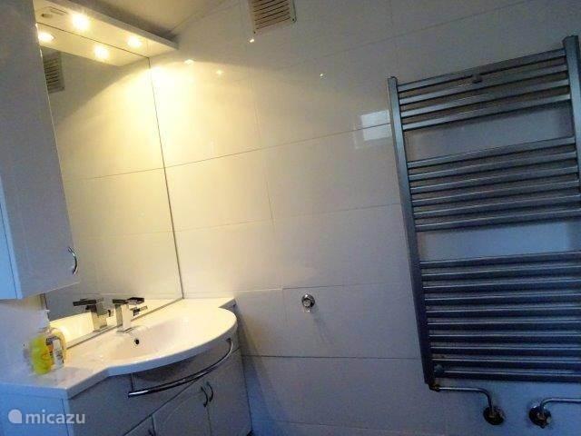 De badkamer is nieuw en verwarmd met een disignradiator