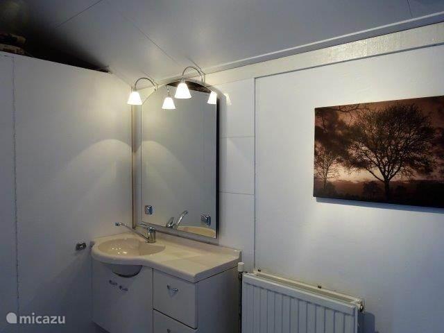De grootste slaapkamer heeft een badmeubel