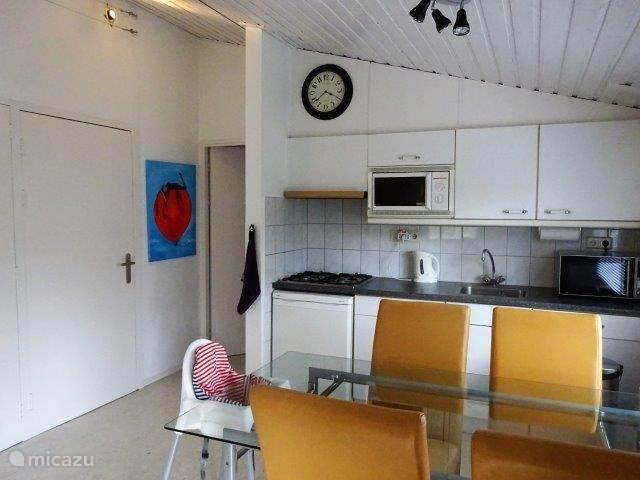 De keuken  maakt onderdeel uit van de kamer.