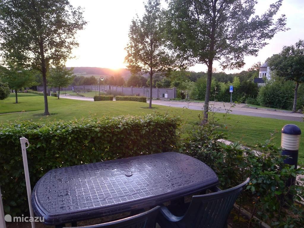 uitzicht  vanuit woonkamer en terras