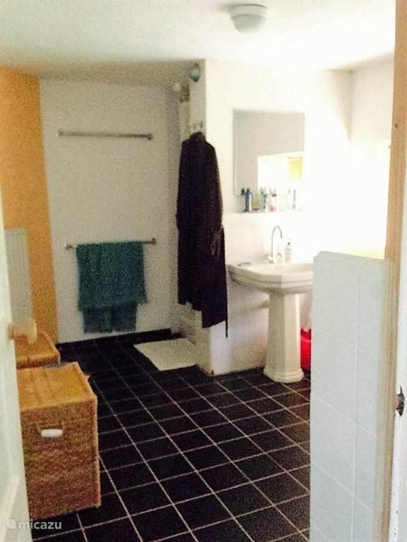 Uw badkamer boven huiskamer 1. In totaal zijn er 3 badkamers in Maison Fleurie.
