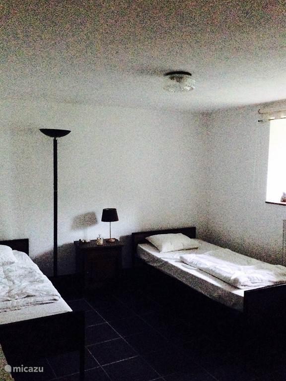 Slaapkamer 2 op de begane grond van Maison Fleurie.