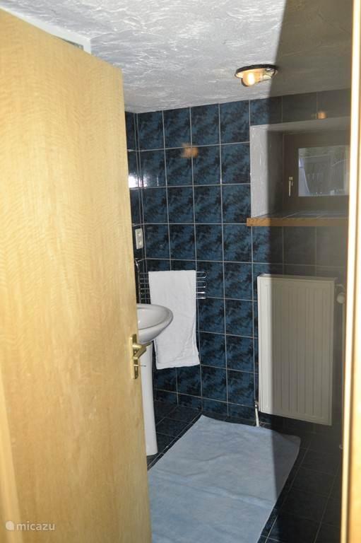 Deze badkamer ligt direct naast uw slaapkamer op de begane grond. Er is een separaat toilet naast deze badkamer.