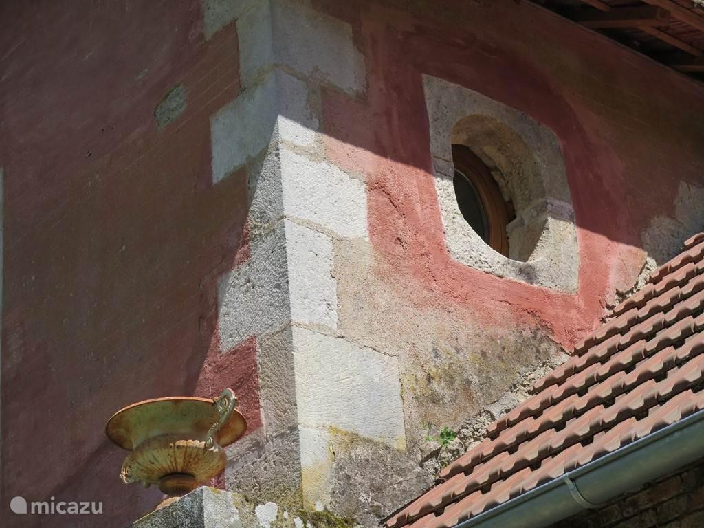 oeil de boeuf, around Burgundian bedroom window alo called Ox-eye window like found in Georgian architecture
