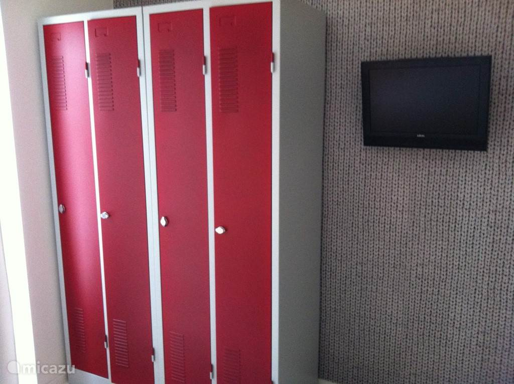 lockerkast in slaapkamer, 'gebreid' behang en 2e tv