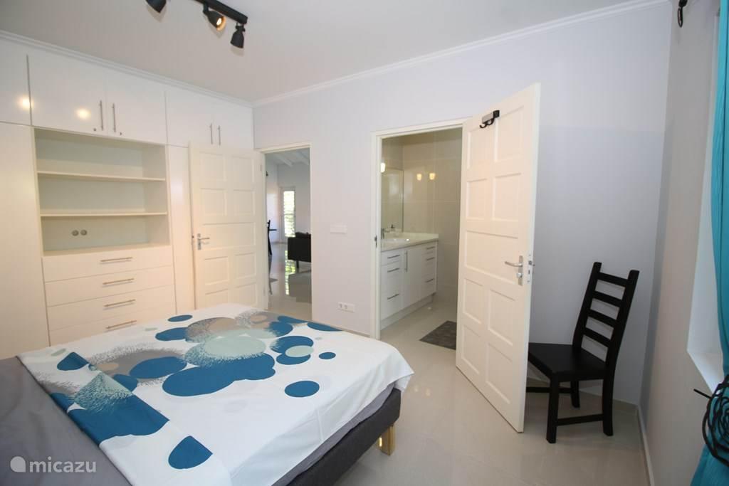 slaapkamer 1 met kastenwand