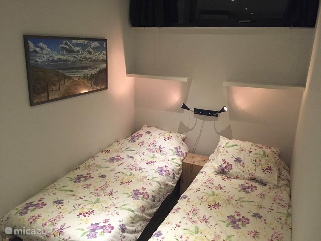 Tweede slaapkamer met boxspring bedden. Kunnen ook aan elkaar geschoven worden.