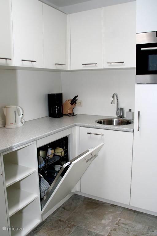 Moderne keuken met oa Siemens vaatwasser en combi-oven