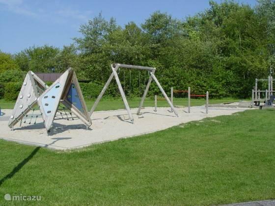 Diverse speelgelegenheden (ook voetbalveldje) voor kinderen op het park. (niet binnen zicht- of gehoorafstand)