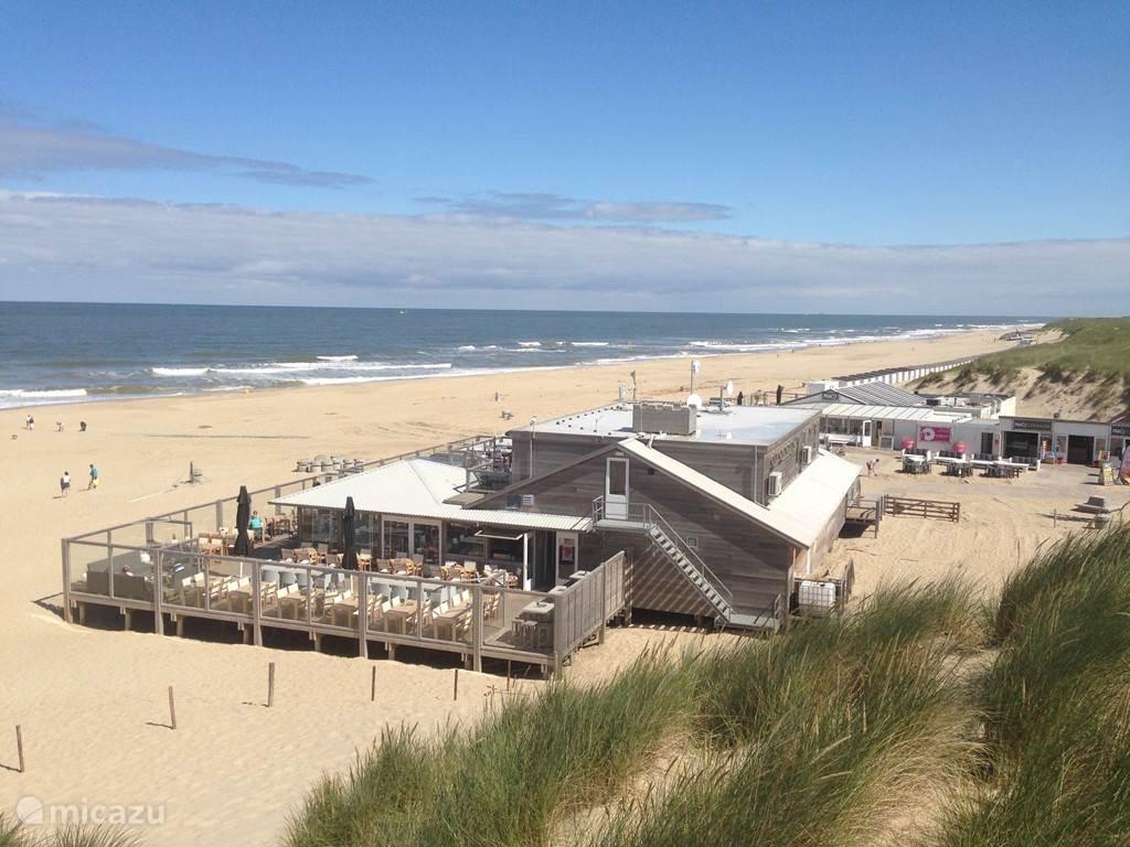 Paal 17 (verkozen tot het mooiste strandpaviljoen van Nederland) en het strand liggen op loopafstand!