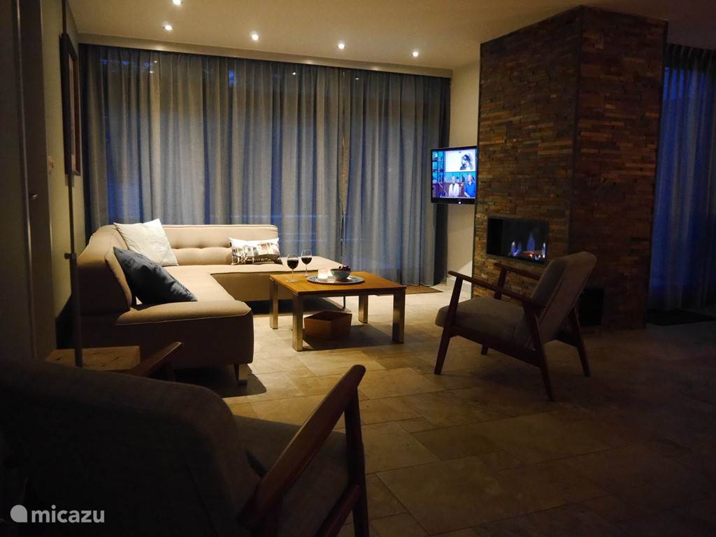 Sfeervolle woonkamer met haard