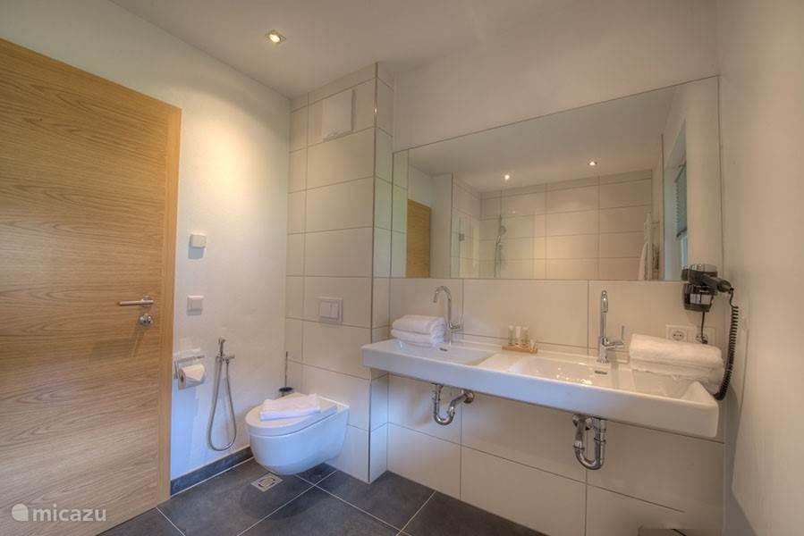Dit appartement heeft 2 luxe, moderne, badkamers.