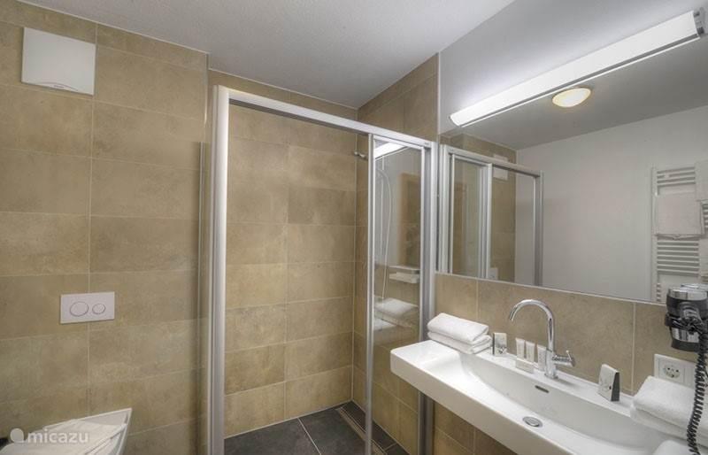 Zeer luxueuze, moderne badkamers. Er is geen excuus meer mogelijk om niet super fris de dage te beginnen!