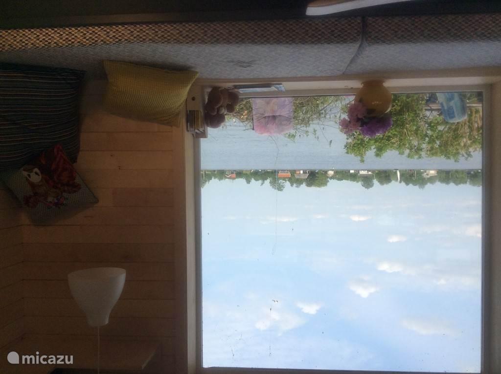 woonkamer met zicht op de plas