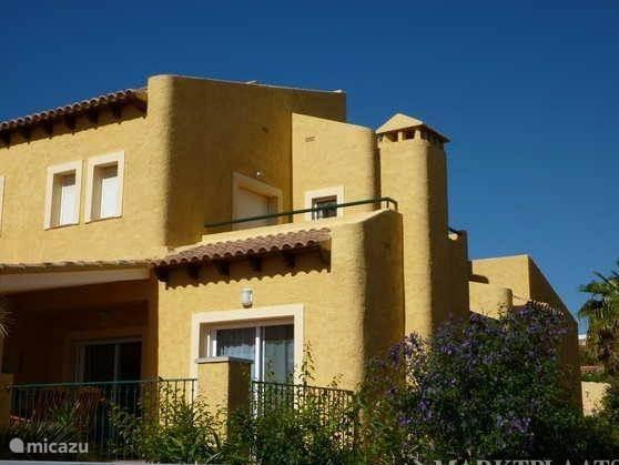 Aanzicht huis waarop het voorterras en het dakterras met panoramische vergezichten richting Altea en Albir