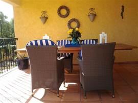 deels overdekt voorterras, heerlijk voor een ontbijtje in de opkomende zon!