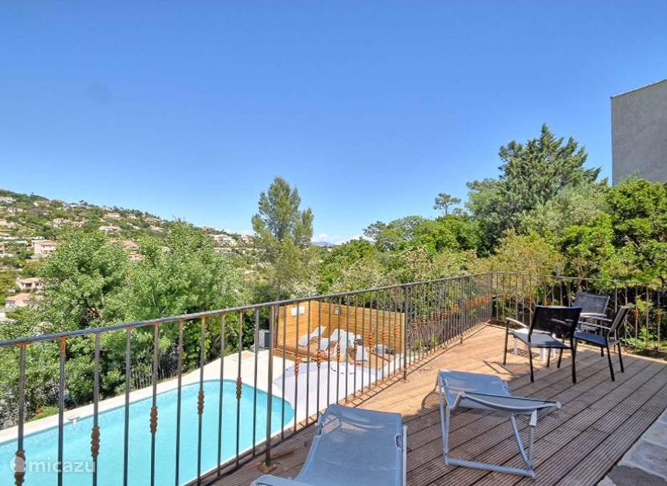 Balkon bij zwembad