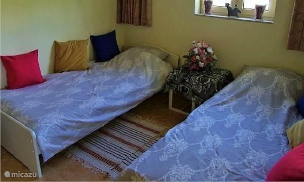 slaapkamer beneden met aparte ingang en badkamer