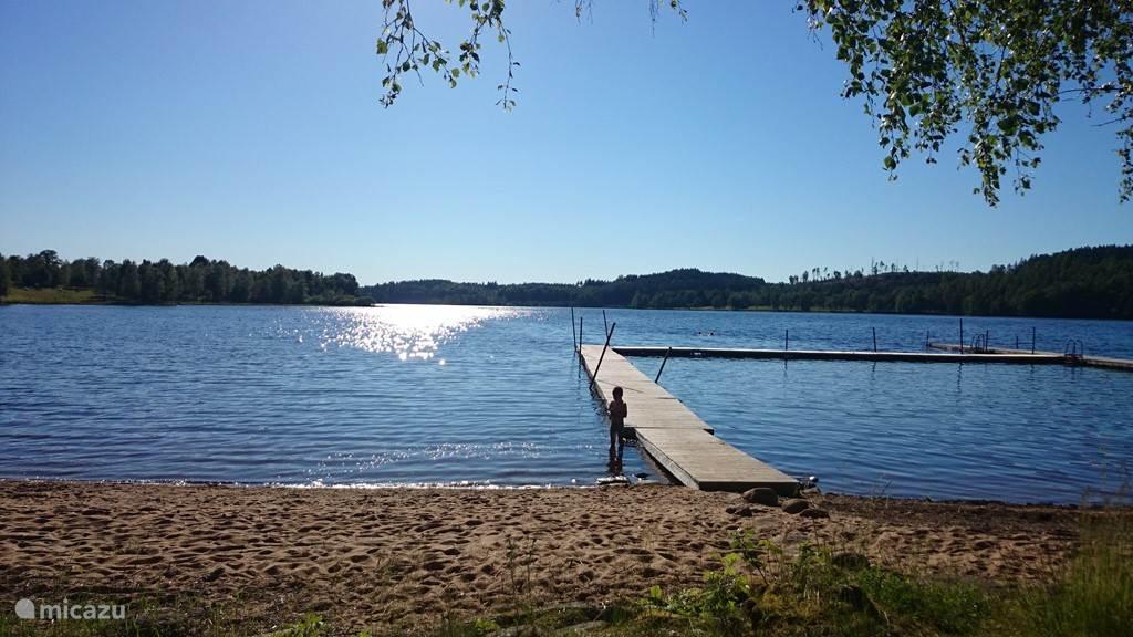 nabijgelegen strandje aan meer