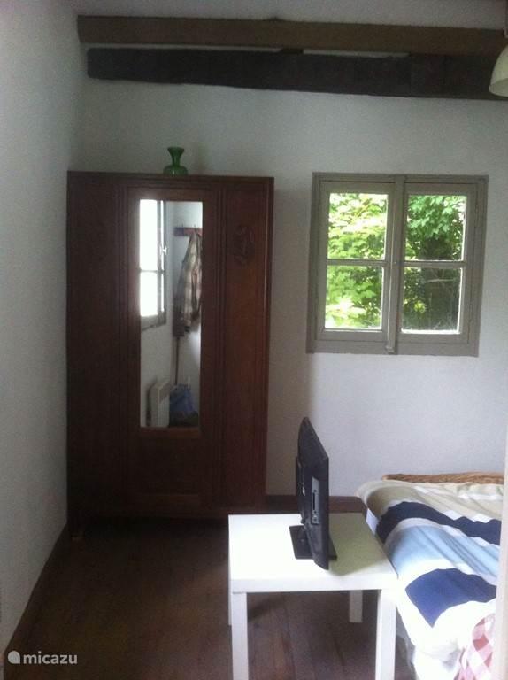 Slaapkamer met een spiegelkast.