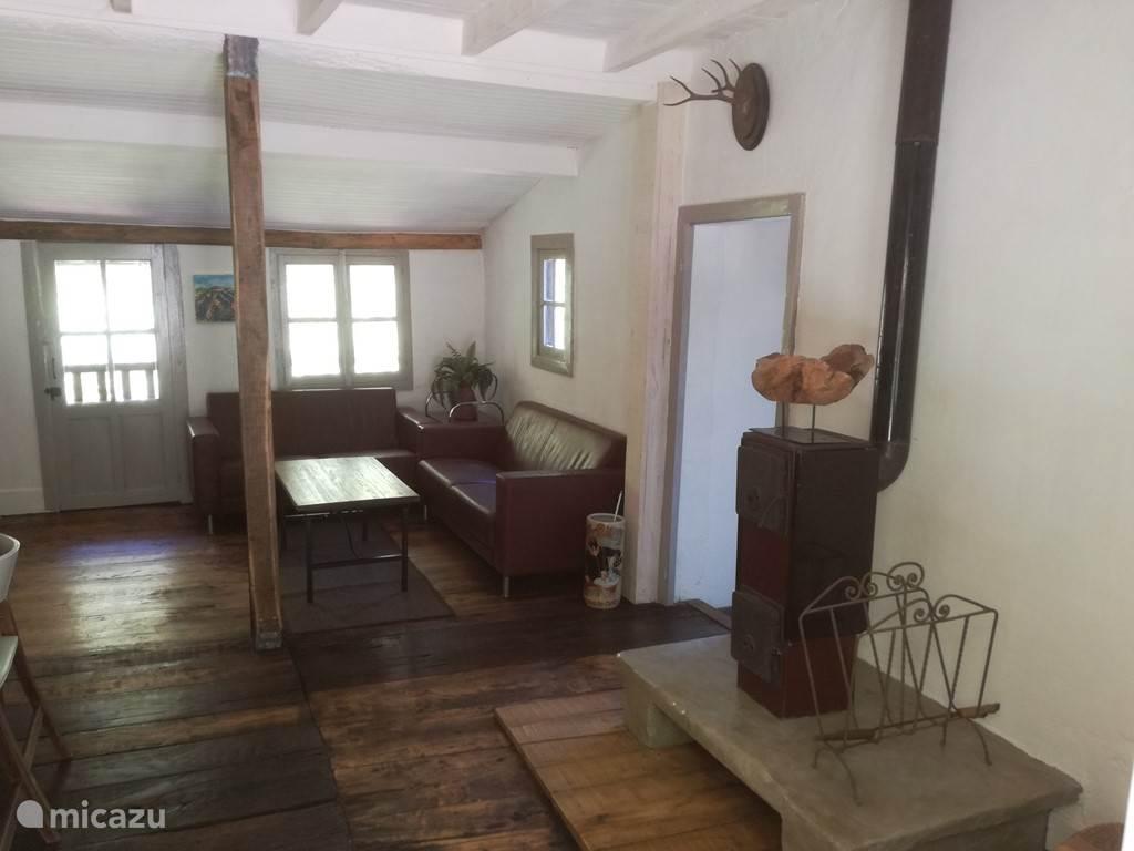 Huiskamer inclusief houtkachel.