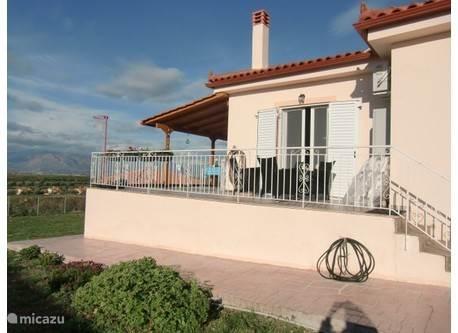 Zij-aanzicht met terras van Ons Grieks Huis