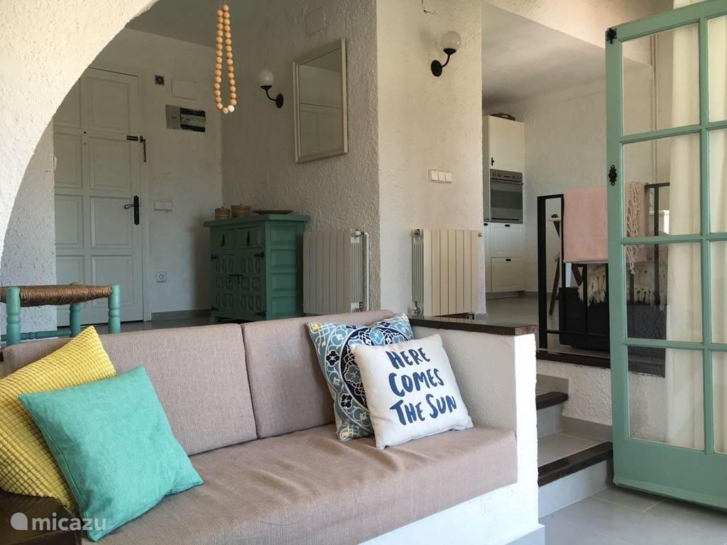 Zicht op keuken en voordeur vanuit woonkamer/zitkuil