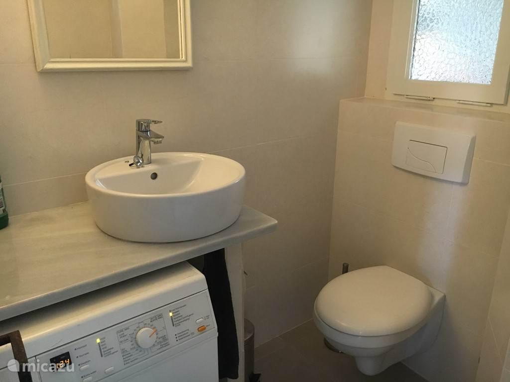 Miele wasmachine en extra toilet beneden