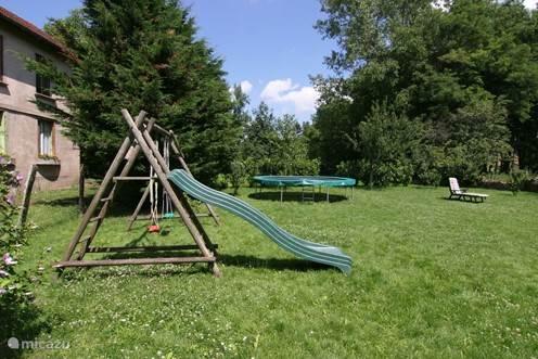 De trampoline en het speeltoestel