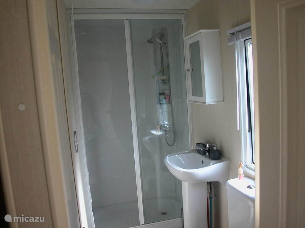 Badkamer met douche en wc.