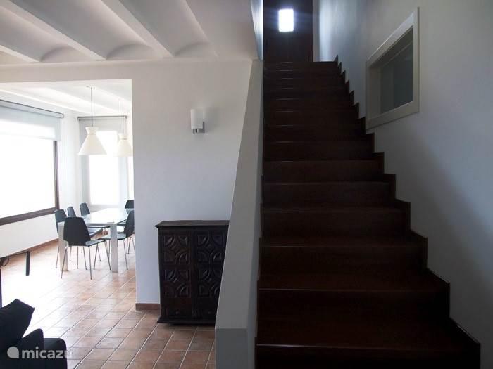 eethoek en trap naar boven