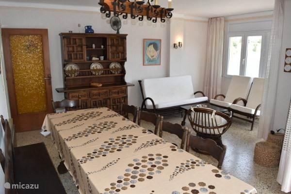 Woonkamer, erg ruim en comfortabel voor 6 personen, parchtig zicht vanaf de eettafel, het salon, het terras.