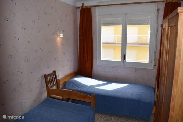 Kamer 1 met 2 ruime 1 persoonsbedden.