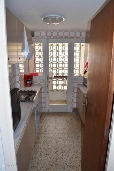 Eenvoudige maar goed ingerichte keuken met frigo, gasvuur en magnetron, vaatwas. En meer dan genoeg potten, pannen en keukegerief.