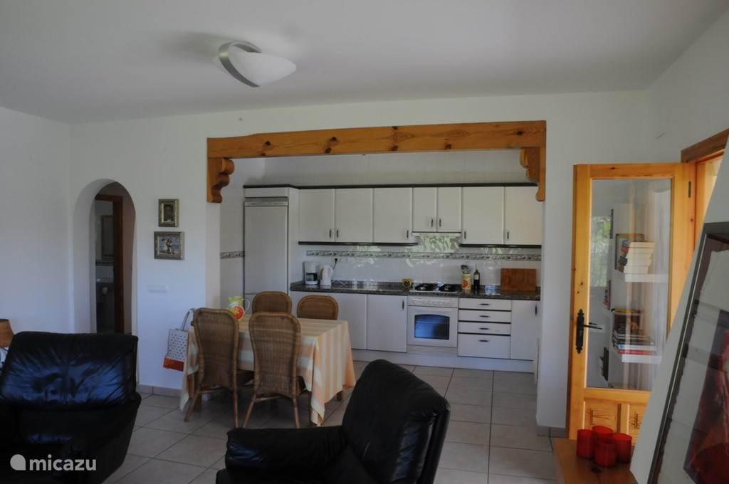 vanuit woonkamer zicht op keuken