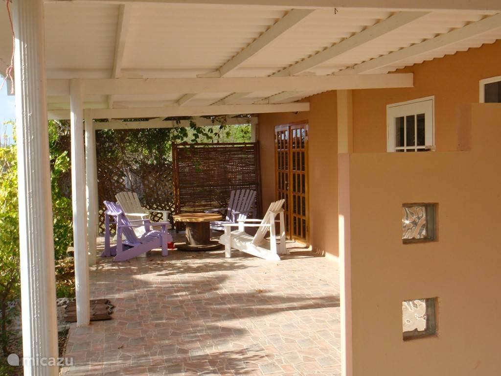 Porch over de lengte van de 3 appartementen