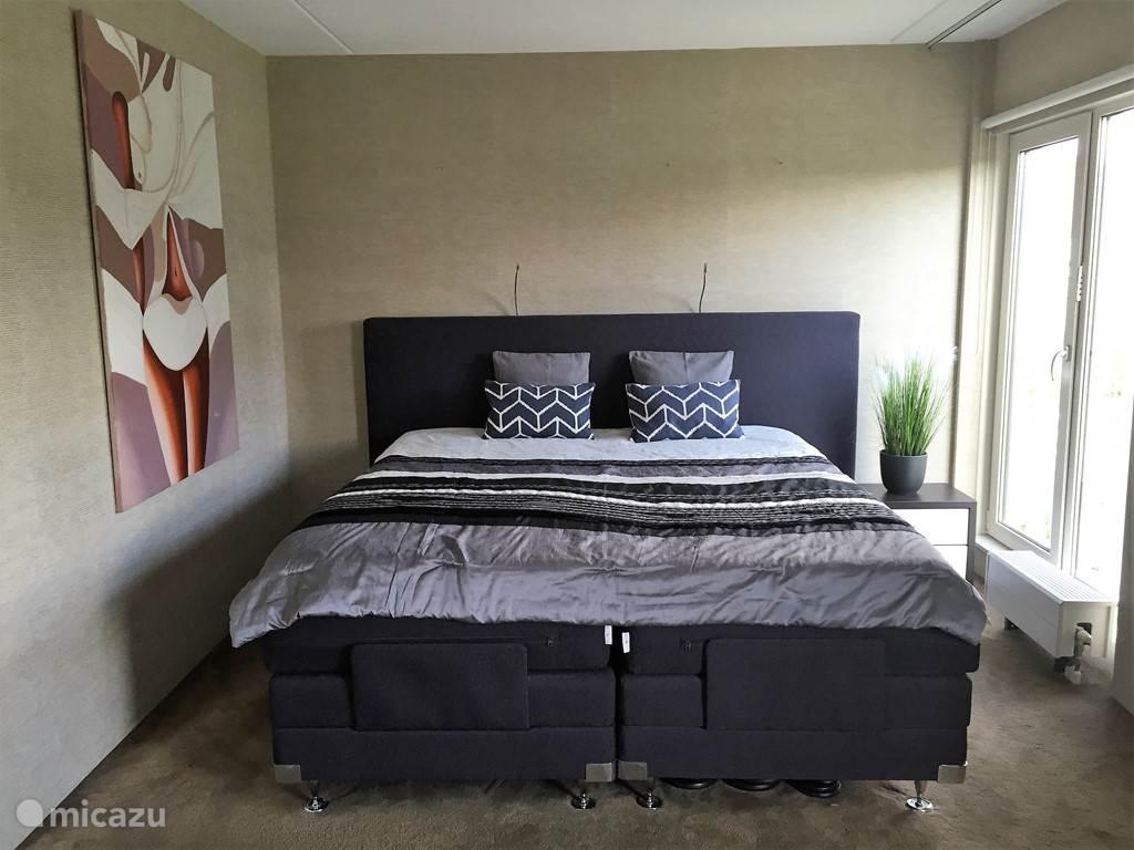 master bedroom met luxe Electrische Boxspring