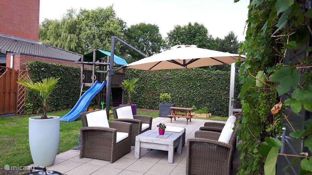 net gerenoveerde tuin met een royale loungehoek