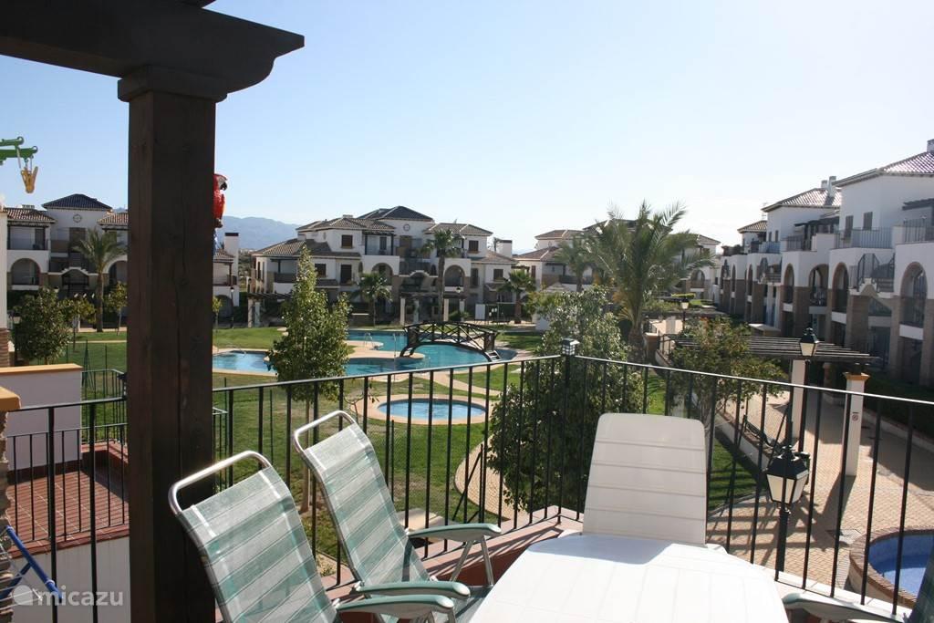 Het zwembad gezien vanaf onze boven terras