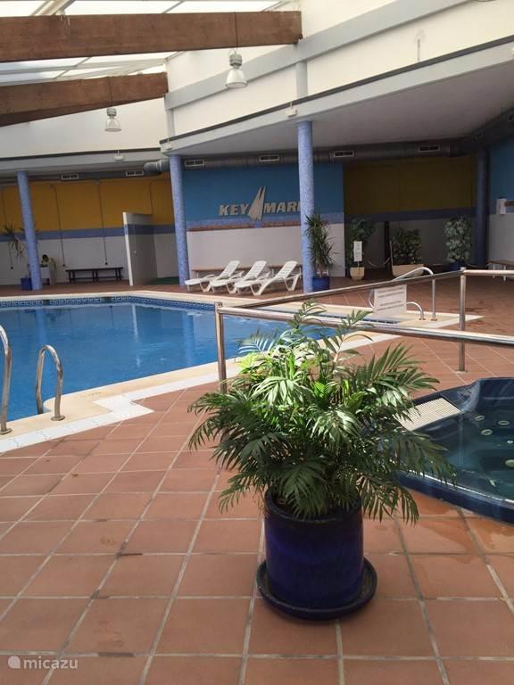 Het binnen zwembad met jaccuzi