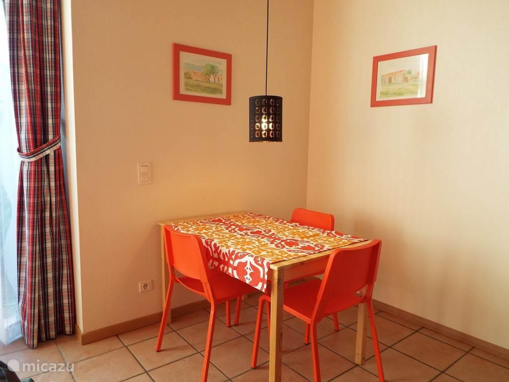 De eettafel met fijne stoelen.