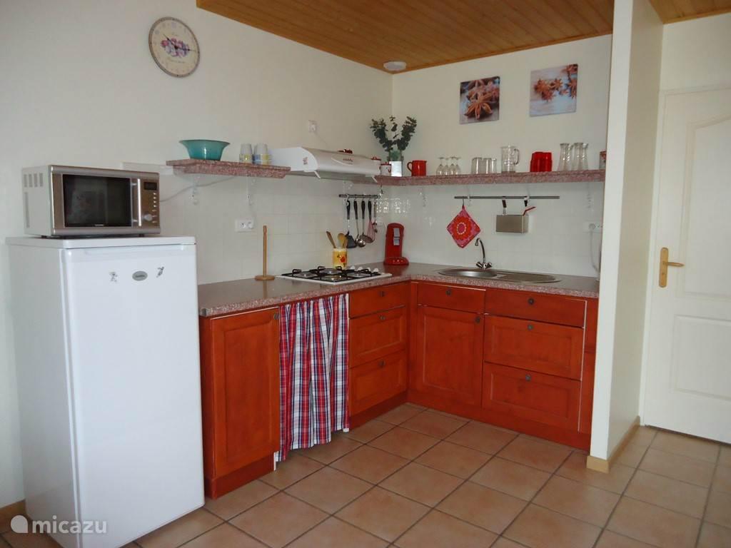 goed uitgeruste keuken met complete inventaris