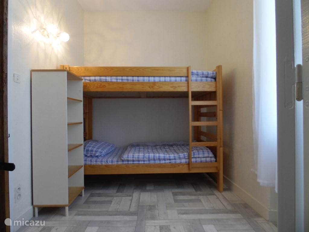 Kleine slaapkamer, hieraan grenzend nog een kamer met wc en wasbak