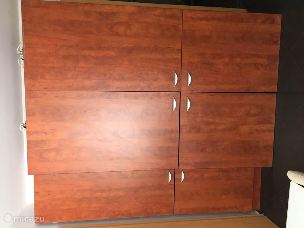 De keuken zit in een afgesloten kast, klein, maar van alle gemakken voorzien.