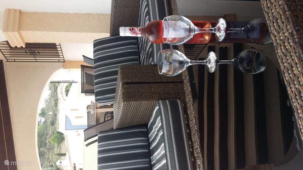 Van een drankje genieten in de loungeset