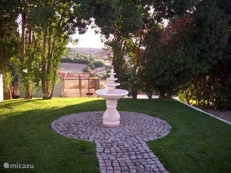 Klein fontein met uizicht