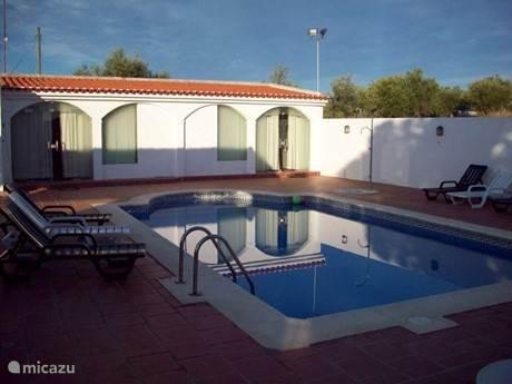 Twee Studio's als bijgebouwen aan het zwembad