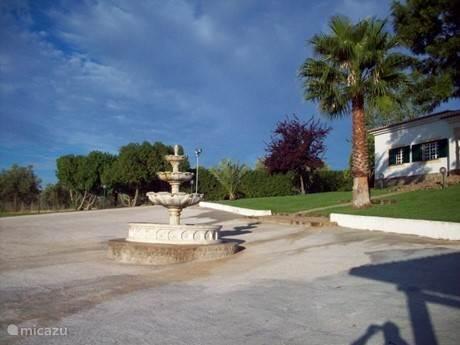 Grote fontein op het rond punt voor de Quintq