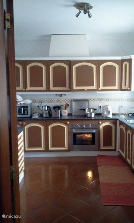 Ingerichte keuken met alle voorzieningen