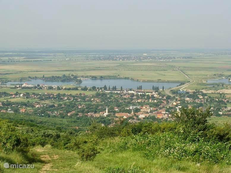 Uitzicht vanuit de bergen op het dorp en het meer.